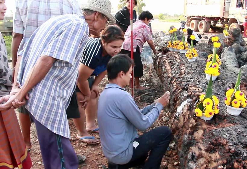 ชาวบ้านตำบลบางพระ แห่ขอเลขเด็ด แม่ตะเคียนทอง อายุกว่า  200 ปี!