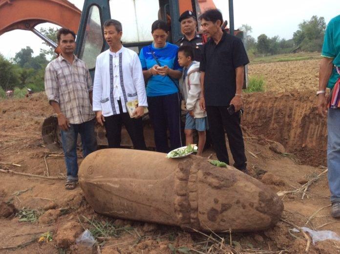 ชาวบ้านขุดพบใบเสมาแท่งหินในที่นา อ.สุวรรณคูหา คาดสมัยทวารวดี